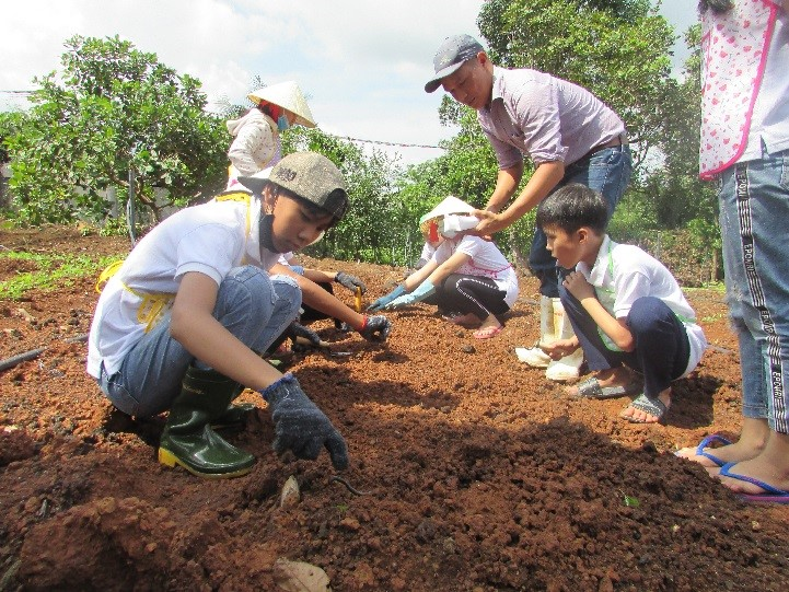 A VEGETABLE PLANTING LESSON WITH HEARING IMPAIRED STUDENTS AT ROSE DISABLED SCHOOL